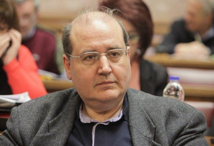 Πριν ψηφίσει τα μέτρα λιτότητας ο Νίκος Φίλης τα κατήγγειλε, βγάζοντας το αριστερό «άχτι» του