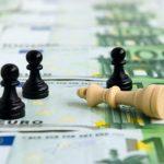 Αναιμική ανάπτυξη και κολλημένο στα 334 δισ. ευρώ το δημόσιο χρέος για πέντε χρόνια προβλέπει το Πανεπιστήμιο Αθηνών