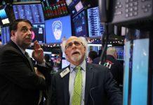 Oι φόβοι για νέα lockdown στις οικονομίες οδήγησαν σε πτώση τη Wall Street.