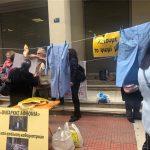 Η ΠΟΕΔΗΝ μοιράζει... ολιγαρκούς αφθονίας φασολάδα έξω από το υπουργείο Υγείας