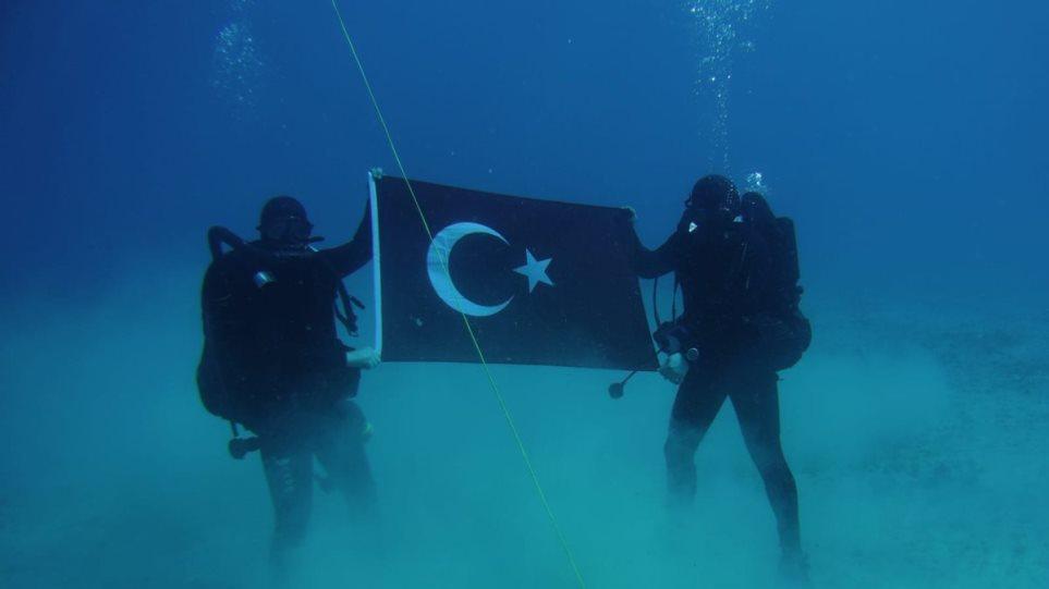Την τουρκική σημαία άπλωσαν στο βυθό του κόλπου της Σούδας δύτες του τουρκικού πολεμικού ναυτικού