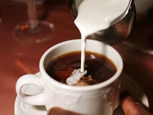 Αραιώστε τα καυτά ροφήματα με γάλα λένε οι επιστήμονες και κάτι ξέρουν καλύτερα...