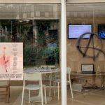 Βανδάλισαν το εκλογικό περίπτερο του Κώστα Μπακογιάννη - Χυδαία συνθήματα για τον πατέρα του