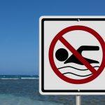 Προσοχή σε αυτές τις παραλίες της Αττικής απαγορεύεται το κολύμπι