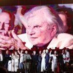 Μίκης Θεοδωράκης: Ρίγος διαπέρασε το κοινό στην προτροπή του Λέκκα να σηκωθούν (video)