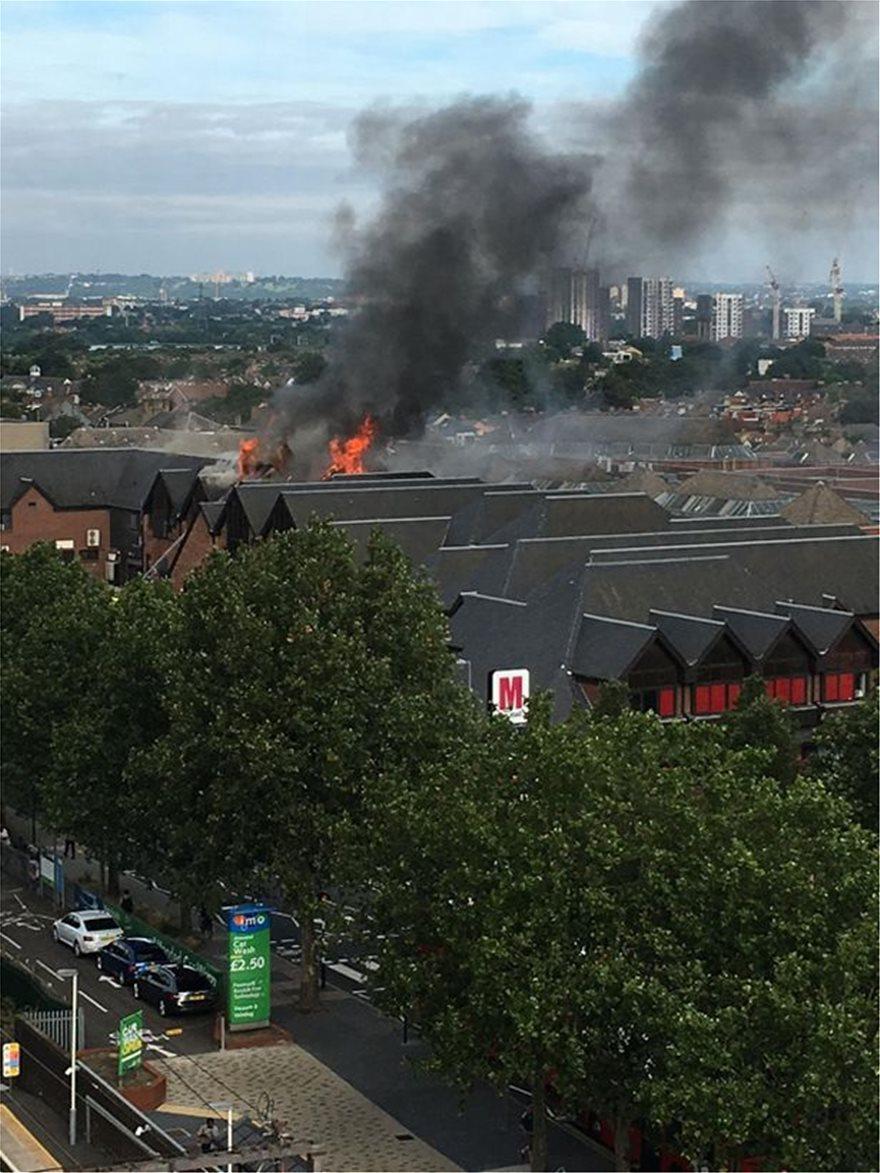 Μεγάλη πυρκαγιά σε εμπορικό κέντρο στο ανατολικό Λονδίνο - Μια γυναίκα τραυματίας μέχρι στιγμής (video)