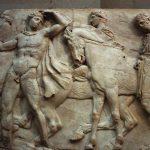 «Ορόσημο» χαρακτηρίζουν οι Times το δανεισμό μετόπης από το Λούβρο στη μάχη για τα γλυπτά του Παρθενώνα