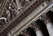 Τα ισχυρά τραπεζικά αποτελέσματα τριμήνου έφεραν κέρδη στη Wall Street
