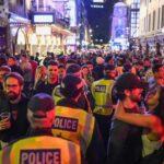 """Οι Βρετανοί """"γιόρτασαν"""" την άρση του lockdown προκαλώντας την ανησυχία των αρχών, αλλά την """"ικανοποίηση"""" της κυβέρνησης"""