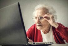 ηλικιωμένη υπολογιστής