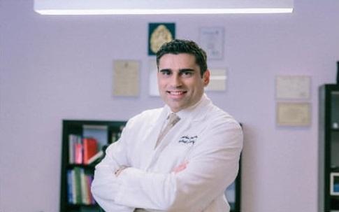 Ο κ. Χαράλαμπος Σπυρόπουλος, MD, PhD, FACS, Χειρουργός, Διευθυντής Κλινικής Ελάχιστα Επεμβατικής Χειρουργικής Πεπτικού Συστήματος, Παχυσαρκίας και Διαβήτη του Metropolitan General