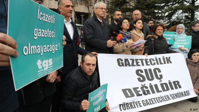 O Ερντογάν ποινικοποιεί τη δημοσιογραφία